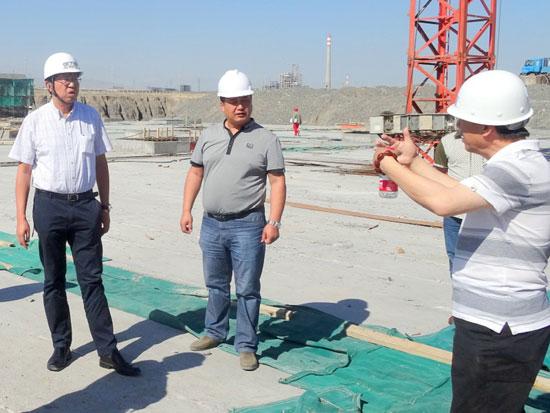 汪诚文院长在项目现场听取施工管理人员的汇报并指导工作
